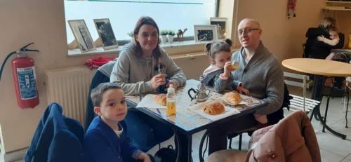Un espace rencontre pour les parents avec Wifi et petit déjeuner les samedis matins